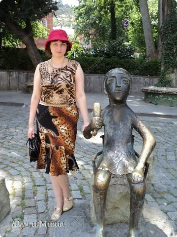 На улице Шардени Вас встретит вот такой тамада. Потому что посвящена она прежде всего отдыху туристов - всевозможным кафе и ресторанам. фото 1