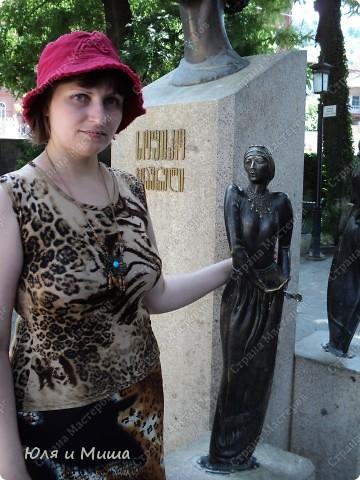 На улице Шардени Вас встретит вот такой тамада. Потому что посвящена она прежде всего отдыху туристов - всевозможным кафе и ресторанам. фото 3