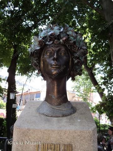 На улице Шардени Вас встретит вот такой тамада. Потому что посвящена она прежде всего отдыху туристов - всевозможным кафе и ресторанам. фото 4
