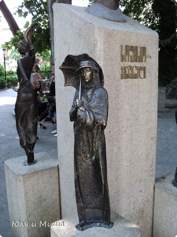 На улице Шардени Вас встретит вот такой тамада. Потому что посвящена она прежде всего отдыху туристов - всевозможным кафе и ресторанам. фото 5