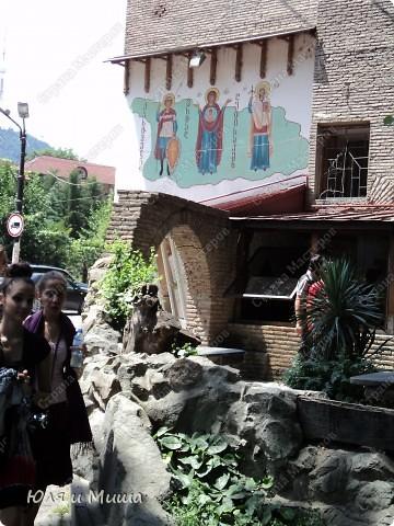 На улице Шардени Вас встретит вот такой тамада. Потому что посвящена она прежде всего отдыху туристов - всевозможным кафе и ресторанам. фото 7