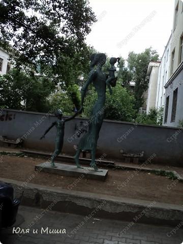 На улице Шардени Вас встретит вот такой тамада. Потому что посвящена она прежде всего отдыху туристов - всевозможным кафе и ресторанам. фото 12