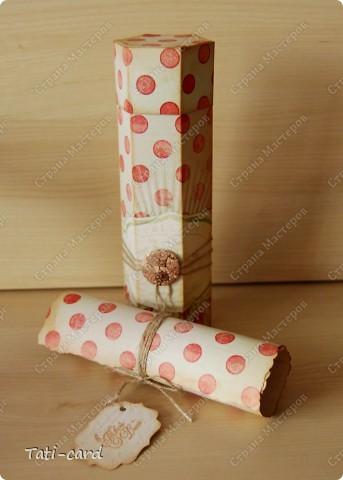 Получая приглашение на День Рождения, начинает болеть голова о том, что подарить и как поздравить. В виду того, что подарок был заказан именинницей, то первый вопрос отпал сам собой. А вот второй встал с новой силой, ибо подаром была тушь, а размеры у неё уж никак не внушительные! Было решено сделать упаковку. фото 2