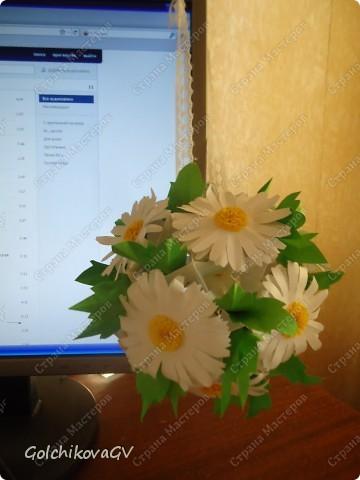 Сделала несколько кусудам  по МК, одну из них электру, автор  David Mitchell, которую рекомендуют использовать как основу под цветы.  Решила, что в ней, непременно, должны быть ромашки, я их очень люблю.  фото 1