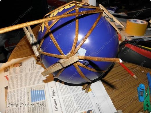 Вот такой цветочный шар у меня получился из газетных трубочек. После того как получилось сердце, я решила еще и шар попробовать сделать. Вопрос стоял только один- какой каркас делать. Из трубочек внутри которых проволка, как в сердце (ссылку на сердце дам в конце) или сделать на воздушном шарике. Вопрос решился сам собой. Я хотела все-таки большой шарик ( в диаметре получился примерно 25 см), а проволки у меня в таком количестве не было... Решилась делать все-таки на воздушном шарике, даже было интересно- получится что-то или нет. фото 2