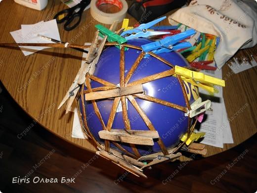Вот такой цветочный шар у меня получился из газетных трубочек. После того как получилось сердце, я решила еще и шар попробовать сделать. Вопрос стоял только один- какой каркас делать. Из трубочек внутри которых проволка, как в сердце (ссылку на сердце дам в конце) или сделать на воздушном шарике. Вопрос решился сам собой. Я хотела все-таки большой шарик ( в диаметре получился примерно 25 см), а проволки у меня в таком количестве не было... Решилась делать все-таки на воздушном шарике, даже было интересно- получится что-то или нет. фото 3