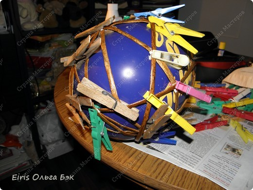 Вот такой цветочный шар у меня получился из газетных трубочек. После того как получилось сердце, я решила еще и шар попробовать сделать. Вопрос стоял только один- какой каркас делать. Из трубочек внутри которых проволка, как в сердце (ссылку на сердце дам в конце) или сделать на воздушном шарике. Вопрос решился сам собой. Я хотела все-таки большой шарик ( в диаметре получился примерно 25 см), а проволки у меня в таком количестве не было... Решилась делать все-таки на воздушном шарике, даже было интересно- получится что-то или нет. фото 4