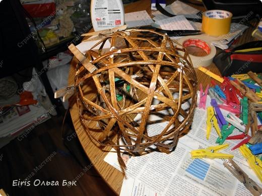 Вот такой цветочный шар у меня получился из газетных трубочек. После того как получилось сердце, я решила еще и шар попробовать сделать. Вопрос стоял только один- какой каркас делать. Из трубочек внутри которых проволка, как в сердце (ссылку на сердце дам в конце) или сделать на воздушном шарике. Вопрос решился сам собой. Я хотела все-таки большой шарик ( в диаметре получился примерно 25 см), а проволки у меня в таком количестве не было... Решилась делать все-таки на воздушном шарике, даже было интересно- получится что-то или нет. фото 5