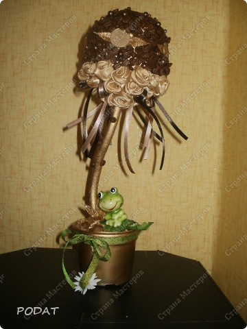 моё первое кофейное деревце.я добавила к нему монети чайных роз.выкрасила горшок и ствол золотой краской.получилось не плохо!!! фото 1