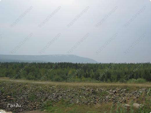 В прошлом году мы ездили в Зюраткуль, потрясающее место. Предлагаю вам прогуляться по парку Зюраткуль вместе.   Национальный парк «Зюра́ткуль» — национальный парк, расположен в южной части Саткинского района Челябинской области в 30 км южнее Сатки, в 200 км западнее Челябинска. Организован 22 ноября 1993. Общая площадь — 88 249 гектаров, протяжённость с севера на юг — 49 км,протяжённость с запада на восток — 28 км. Парк выполняет следующие основные задачи: сохранение эталонных и уникальных природных комплексов, памятников природы, истории, культуры, археологии и других объектов культурного наследия; экологическое просвещение населения; разработка и внедрение научных методов охраны природы в условиях рекреационного использования; экологический мониторинг; восстановление нарушенных природных и историко-культурных комплексов; создание условий для регулируемого туризма и отдыха. фото 26