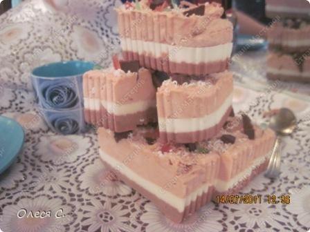 Это тортик из прослоек шоколадного,сливочного и клубничного мыла  фото 2