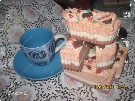 Это тортик из прослоек шоколадного,сливочного и клубничного мыла  фото 3
