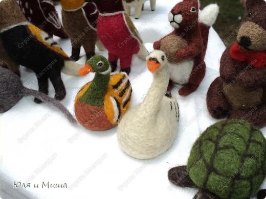 Сегодня посмотрим представленые на выставки сувениры, игрушки. И убедимся, что ничто человеческое не чуждо любому народу. Многие работы, как эти валялочки, знакомы Вам не по наслышке! фото 14