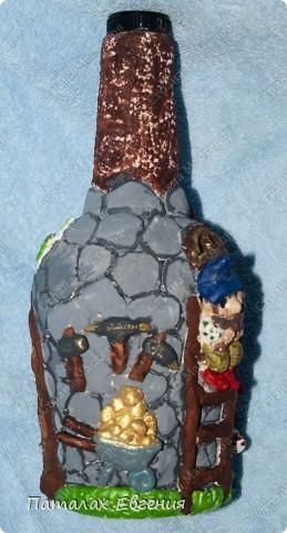 Все увлекаясь декоративными бутылочками мне нравится в них, то что они индивидуальны, и каждый раз не похожи друг на друга. Вот в этот раз у меня получился домик гномиков фото 3