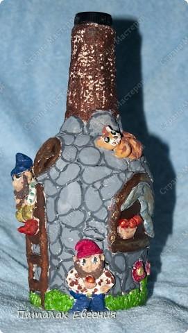 Все увлекаясь декоративными бутылочками мне нравится в них, то что они индивидуальны, и каждый раз не похожи друг на друга. Вот в этот раз у меня получился домик гномиков фото 2