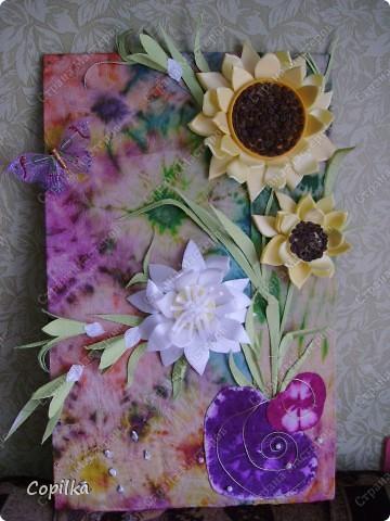 """Девочки, я всё-таки не только """"мусором"""" занимаюсь! Вот моё панно ,где фон - батик, это мой ПЕРВЫЙ батик! Вот такие цветы - и фон ,и мусор.Понасмотрелась в огороде цветущей красоты,решила попробовать сделать её из моего любимого материала! фото 1"""