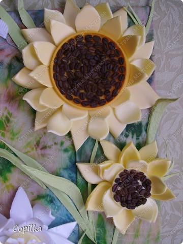 """Девочки, я всё-таки не только """"мусором"""" занимаюсь! Вот моё панно ,где фон - батик, это мой ПЕРВЫЙ батик! Вот такие цветы - и фон ,и мусор.Понасмотрелась в огороде цветущей красоты,решила попробовать сделать её из моего любимого материала! фото 2"""