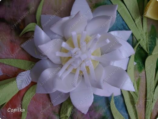 """Девочки, я всё-таки не только """"мусором"""" занимаюсь! Вот моё панно ,где фон - батик, это мой ПЕРВЫЙ батик! Вот такие цветы - и фон ,и мусор.Понасмотрелась в огороде цветущей красоты,решила попробовать сделать её из моего любимого материала! фото 3"""