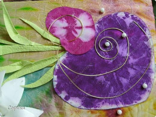 """Девочки, я всё-таки не только """"мусором"""" занимаюсь! Вот моё панно ,где фон - батик, это мой ПЕРВЫЙ батик! Вот такие цветы - и фон ,и мусор.Понасмотрелась в огороде цветущей красоты,решила попробовать сделать её из моего любимого материала! фото 7"""