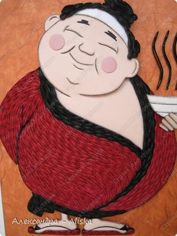 Этого милого японца делала на заказ. Для изготовления использовала картинку с образом Япоши. На мой взгляд получилось неплохо, такой  толстенький  добрячок. Работа выполнена в двух техниках : бумагопластика и квиллинг.   фото 2