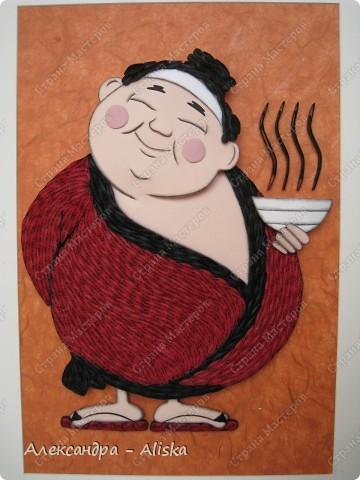 Этого милого японца делала на заказ. Для изготовления использовала картинку с образом Япоши. На мой взгляд получилось неплохо, такой  толстенький  добрячок. Работа выполнена в двух техниках : бумагопластика и квиллинг.   фото 1