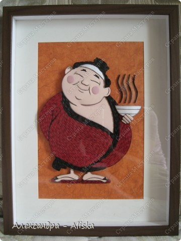 Этого милого японца делала на заказ. Для изготовления использовала картинку с образом Япоши. На мой взгляд получилось неплохо, такой  толстенький  добрячок. Работа выполнена в двух техниках : бумагопластика и квиллинг.   фото 3