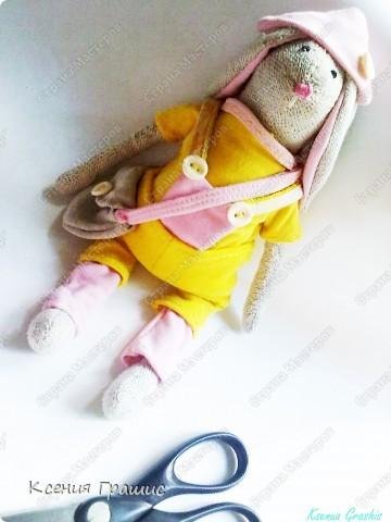 """Я после кофейного медведя ришила пошить зайца!!!Етот заяц пошит в ручную,потомучто я была на даче ,а там нет швейной машины,пришлось так,швом """"назад иголка""""Вот  ссылка на МК http://www.tilda-mania.ru/forum/12-104-1!!!НЕ СУДИТЕ СТРОГО!!! фото 7"""