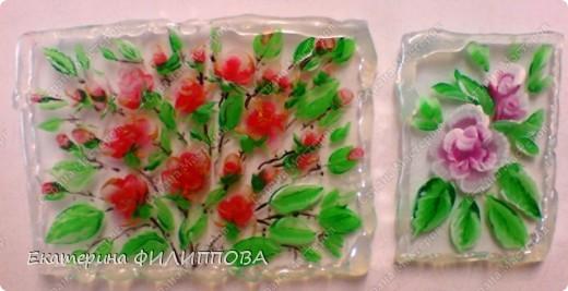 вот такие магнитики у меня получились из остатков стекла, признаюсь краски профессиональные акриловые для росписи ногтей, по краям горячий клей.