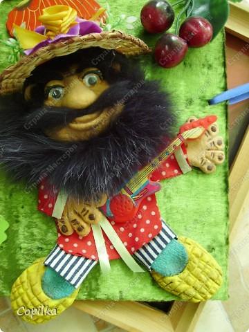 Девочки,делался домовёнок, а получился...кто? Кто говорит - Карабас-барабас,кому-то нравится, а я сама не пойму...Со светлой бородой - не смотрится, я пробовала.Делала бороду из ниток - вообще бред.Мех делала уже и белый и зелёный( !!) ...ну что-то не то и всё... фото 2