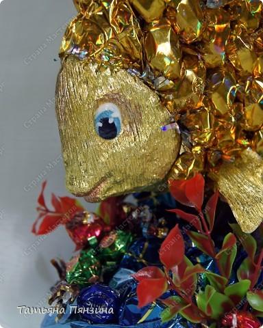 """Конфетный сувенир """"золотая рыбка""""   Шоколадные конфеты, упаковочная бумага, флористические материалы и большое желание порадовать именинницу. :))   фото 5"""