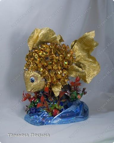 """Конфетный сувенир """"золотая рыбка""""   Шоколадные конфеты, упаковочная бумага, флористические материалы и большое желание порадовать именинницу. :))   фото 1"""
