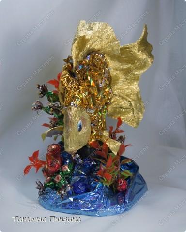"""Конфетный сувенир """"золотая рыбка""""   Шоколадные конфеты, упаковочная бумага, флористические материалы и большое желание порадовать именинницу. :))   фото 2"""