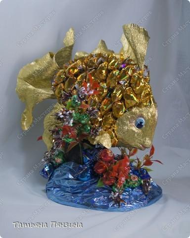 """Конфетный сувенир """"золотая рыбка""""   Шоколадные конфеты, упаковочная бумага, флористические материалы и большое желание порадовать именинницу. :))   фото 3"""