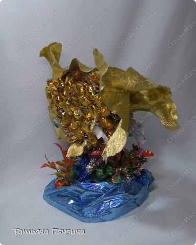 """Конфетный сувенир """"золотая рыбка""""   Шоколадные конфеты, упаковочная бумага, флористические материалы и большое желание порадовать именинницу. :))   фото 4"""