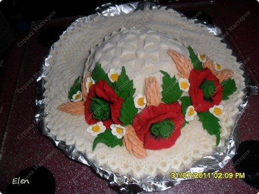Шляпку только что слепила,идея не моя,тортики делают в виде шляпок,конечно сохнуть ей еще дней 10