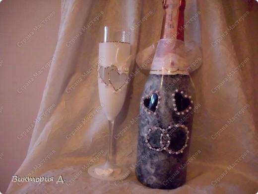 """Вот и я созрела на свадебный наборчик. Ещё много недостатков, хотя и очень старалась. Стаканчики красила краской из балончика, бутылку """"прочпокала"""" губкой, следующую буду красить полностью - будет красивее. Использовала пайетки, бисер, бусины, цветы из пластики. Будут предложения для улучшений или советы - всегда пожалуйста! Вид спереди.   P.S. Добавила ленточки на стаканчики, как посоветовали. Действительно, смотрятся лучше!   фото 2"""