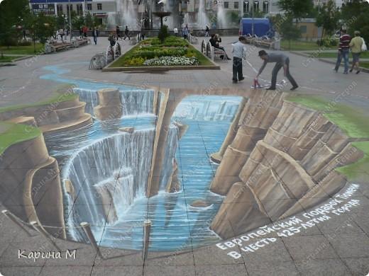 Гуляя по Цветному бульвару в Тюмени, будьте осторожнее, не падайте в воду. Недалеко от фонтана «Времена года» теперь находится европейский водопад — объемный рисунок от голландских художников-мадоннари Питера Вестеринга и Леона Кира. фото 3