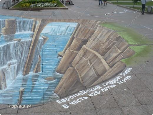 Гуляя по Цветному бульвару в Тюмени, будьте осторожнее, не падайте в воду. Недалеко от фонтана «Времена года» теперь находится европейский водопад — объемный рисунок от голландских художников-мадоннари Питера Вестеринга и Леона Кира. фото 2
