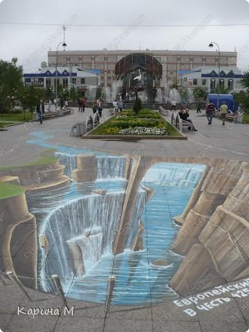 Гуляя по Цветному бульвару в Тюмени, будьте осторожнее, не падайте в воду. Недалеко от фонтана «Времена года» теперь находится европейский водопад — объемный рисунок от голландских художников-мадоннари Питера Вестеринга и Леона Кира. фото 1