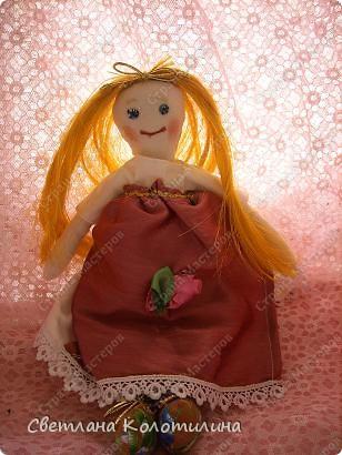 На одном сайте по рукоделию нашла выкройку и мастер-класс по шитью тряпичной куклы. Сразу захотелось попробовать. Возможно мои фотографии вдохновят вас.  Кукла Любовь. Это самая первая кукла. Её я делала в полном соответствии с выкройкой и мастер-классом. Потом не стала шить передник, а просто красиво украшала пышное платье. фото 1