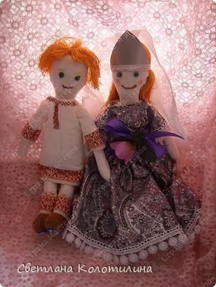 На одном сайте по рукоделию нашла выкройку и мастер-класс по шитью тряпичной куклы. Сразу захотелось попробовать. Возможно мои фотографии вдохновят вас.  Кукла Любовь. Это самая первая кукла. Её я делала в полном соответствии с выкройкой и мастер-классом. Потом не стала шить передник, а просто красиво украшала пышное платье. фото 3