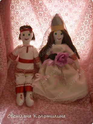 На одном сайте по рукоделию нашла выкройку и мастер-класс по шитью тряпичной куклы. Сразу захотелось попробовать. Возможно мои фотографии вдохновят вас.  Кукла Любовь. Это самая первая кукла. Её я делала в полном соответствии с выкройкой и мастер-классом. Потом не стала шить передник, а просто красиво украшала пышное платье. фото 2