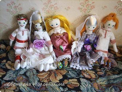 На одном сайте по рукоделию нашла выкройку и мастер-класс по шитью тряпичной куклы. Сразу захотелось попробовать. Возможно мои фотографии вдохновят вас.  Кукла Любовь. Это самая первая кукла. Её я делала в полном соответствии с выкройкой и мастер-классом. Потом не стала шить передник, а просто красиво украшала пышное платье. фото 5