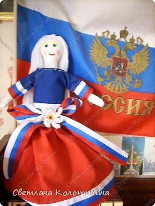На одном сайте по рукоделию нашла выкройку и мастер-класс по шитью тряпичной куклы. Сразу захотелось попробовать. Возможно мои фотографии вдохновят вас.  Кукла Любовь. Это самая первая кукла. Её я делала в полном соответствии с выкройкой и мастер-классом. Потом не стала шить передник, а просто красиво украшала пышное платье. фото 7