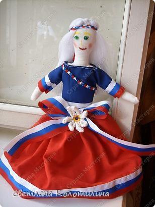 На одном сайте по рукоделию нашла выкройку и мастер-класс по шитью тряпичной куклы. Сразу захотелось попробовать. Возможно мои фотографии вдохновят вас.  Кукла Любовь. Это самая первая кукла. Её я делала в полном соответствии с выкройкой и мастер-классом. Потом не стала шить передник, а просто красиво украшала пышное платье. фото 6