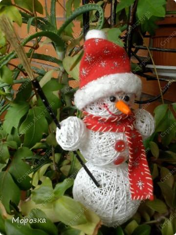 Такого вот снеговичка сделала я перед новым годом. Теперь он живет у мамы) А сделала я его по увиденному здесь на сайте мастер-классу. Только росточком он у меня маленький всего около 20 см вместе с колпачком. фото 2