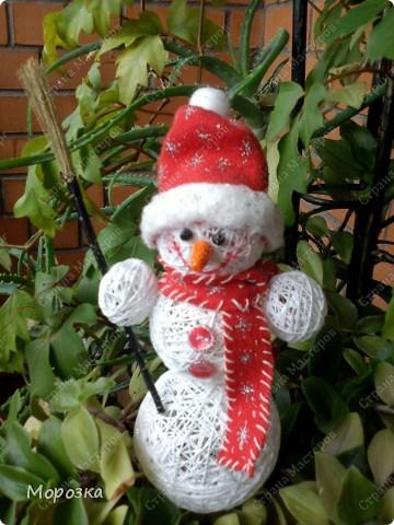 Такого вот снеговичка сделала я перед новым годом. Теперь он живет у мамы) А сделала я его по увиденному здесь на сайте мастер-классу. Только росточком он у меня маленький всего около 20 см вместе с колпачком. фото 1