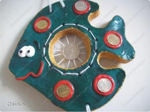 Кофейная - размер 16*18см Торцы рыбки посыпаны молотым кофе (на клей ПВА) Тесто замешано раствором растворимого кофе -отсюда такой цвет Декорирована натуральными кофейными зернами, подкрашено коричневой гуашью и вся рыба покрыта акриловым лаком. сзади рыбки приклеен дермантин - для надежности. Веревочки - шерстяные нитки фото 3