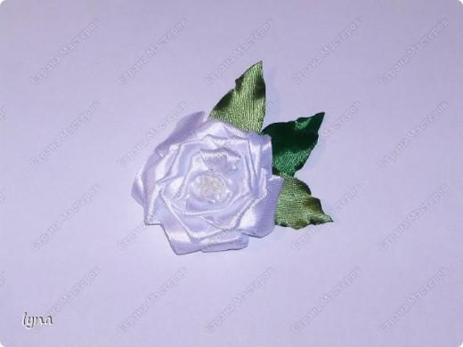 Розы-броши из атласных лент фото 3