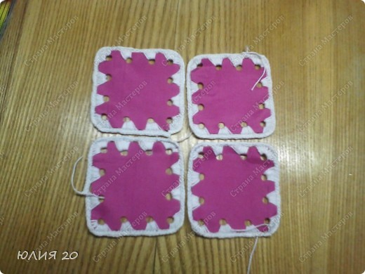 Еще одна оригинальная сумочка связанная по мотивам (http://stranamasterov.ru/node/60153)только не много переделанная на свой вкус.  Для начала вам понадобится:  1) Искусственная  кожа, клеенка, или что-то плотнее ткани.Количество зависит от вашей сумки ( какова ее высота, длина, ширина)  2) Крючок 1,3мм  3) Замок  4) Плотная пленка, картон, и т.п.(для ручек)  5) Подкладочная ткань  6)Дырокол   Нарезаем материал на квадратики 7х7 см.и делаем дырочки дыроколом, по 4 на каждой стороне квадрата. Подробнее см МК (http://stranamasterov.ru/node/60153) фото 3